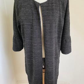 Kan bruges som jakke/cardigan Med glimmer effekt i stoffet. Fejlkøb Fra ikke ryger hjem