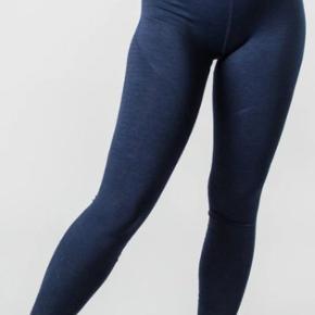 Jeg sælger disse tights fra Alphalete. De er fra revival r6 kollektionen, og farven fås ikke mere. De er stortset ikke brugt (Måske 4 gange). Sælges udelukkende fordi jeg har 50 par leggings og ikke kan bruge dem alle.   De sidder flatterende på røven.  Vasker dem inden afsending. Kommer fra røg-og dyrefrit hjem.