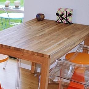 Spisebord til 4 personer. Kan afhentes i Korsør. Måler 119x74 cm