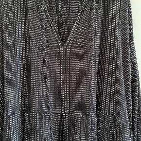 Ny august pris ☀️ Fin sort oversize kjole fra H&M Trend 🧡 Kjolen har en hvid snor der er hevet ud ved ærmet (se billede) men det er ikke noget man kan se! ☺️ Kjolen sidder lige som billederne af den sorte kjole i galleriet 🙌🏻💃🏼