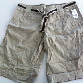 Varetype: NYE Shorts Farve: Sand Oprindelig købspris: 149 kr.  NYE Shorts i str. 48.  Taljevidden er ca. 2 x 52 cm - målt liggende og uden at trække i dem.  Indvendig benlængde er ca. 34 cm - med opsmøg ca. 24 cm.  Mindsteprisen er kr. 149+porto.  Jeg bytter ikke.