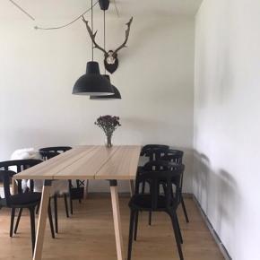 Alt sælges pga. Flytning   For 6 stole 1300 kr. Bordet: 3000 kr.  Lamperne pr. Stk 370 kr.  Ellers kom med et bud