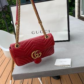 Overvejer at sælge min Gucci GG marmont small shoulder bag, da jeg ikke får den brugt. Den fejler ingenting, dog har den en lille skramme ved lukningen. Dette kan jeg sende flere billeder af. Taskens mål lyder på: W26cm x H15cm x D7cm. Den er købt i Gucci i USA for ca. 2 år siden, og kvittering medfølger IKKE, da jeg ikke kan finde den.
