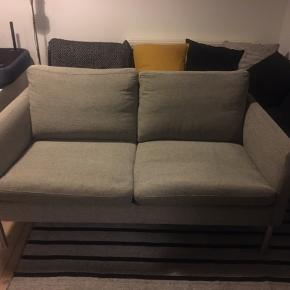 Fin 2-personers sofa, der passer perfekt til den lille lejlighed. Købt på Tradono brugt, for ca. et år siden.  140cm lang 77cm dyb 40cm siddehøjde 72cm ryghøjde