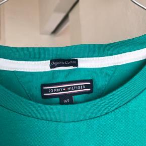 T-shirt fra Tommy Hilfiger. Str. 164. Fejler intet og kommer fra røgfrit hjem uden husdyr.