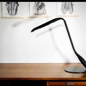 Cobra, en elegant fransk arkitektlampe  Manade af den franske designer Philipe Michel. Den lyser rigtig godt, og man kan dreje den ved hovedet og sokkelen.