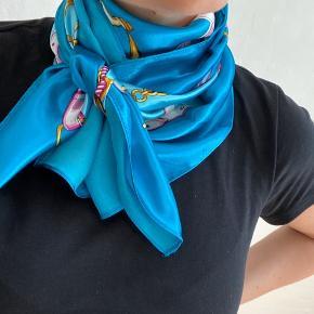 Pænt tørklæde med print i glat silke lignede materiale.  100% polyester 88cm x 88cm