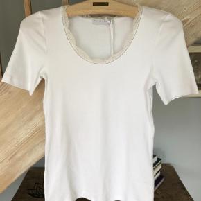 Varetype: Bluse Farve: Hvid Oprindelig købspris: 1500 kr.  Super blød og lækker bluse fra luksus Fabiana Filippi.  Aldrig brugt - nypris var 1.500,-
