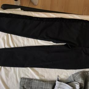 Fede sorte habit bukser i en størrelse s/34 (34 er længden) Med en fed sort glimmer Stribe ned af hver bukseben