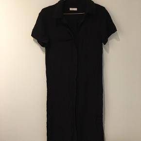 Skøn lang kjole fra Leveté str. xs - kan også bruges af en small. Fremstår i god stand. 400 kr. Køber betaler fragt 50 kr.