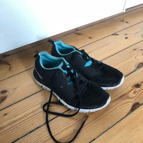 Fine Reebok sneakers.   Fremstår super fine i kvaliteten.  Str. 38,5 (passer også fint en 38)  ❌BYTTER IKKE. 💵Betaling gennem Mobilepay 🛍Afhentes på Nørrebro i weekend og aftentimerne 📦Sendes via DAO. Porto omkring 33 kr.