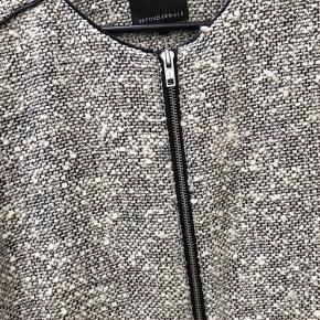 Flot jakke fra Second Female i sort og hvid.  Brugt max 10 gange.