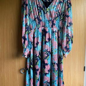 Fineste kjole i str 34 falder flot med med smukke ærmer.