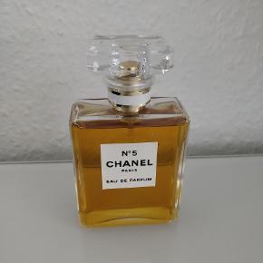 Chanel Parfume, Næsten som ny. Sundbyvester - Chanel Eau De Parfum 50ml, fået i gave, kun brugt to gange.. Chanel Parfume, Sundbyvester. Næsten som ny, Brugt og vasket et par gange men uden mærker eller skader