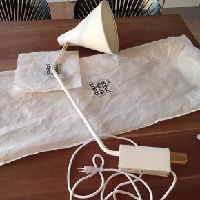 Flot væglampe med lysdæmper. Aldrig monteret. Modellen hedder Brassy 4630. Der er messing på on/off/lysdæmper. Smuk lampe.