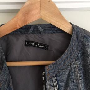 Fin jakke med sorte vatteret ærmer, flæsekant forneden, ikke-ryger