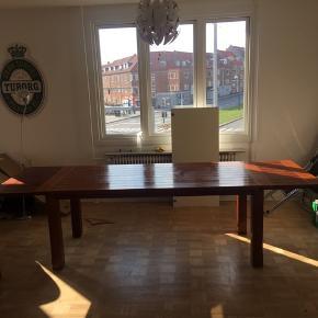 Fint spisebord i teaktræ (tror vi) sælges.   L: 200 (280 m. endeplader) B: 90 H: 76  2stk ekstra plader der kan forlænge bordet  med 40 cm hver Vi har også seks stole der kan tilkøbes, hvoraf de 2 har brug for en kærlig hånd.  Bud modtages!