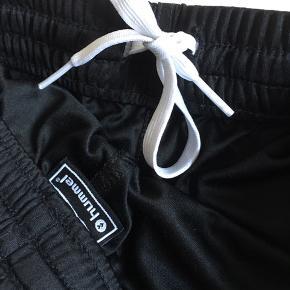 Hummel træningsshorts. 100% Polyester.  Vaskes ved 40 gr.