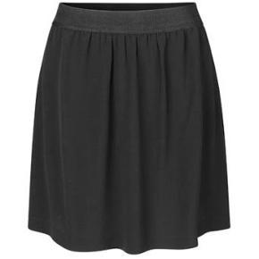 Frisk lille sort mini skirt I A-facon, fra Samsøe Samsøe. Nederdelen er i et let stof, med et bredt elastikbånd i taljen, og har god vidde i skørtet.  Se også mine andre annoncer hvis du vil gøre et mængdekup 🥰 Husk at følge min profil 👍💖
