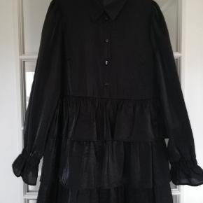 Sød kort sort kjole i shiny materiale med tilhørende underkjole. Brugt få gange.