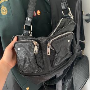 Jeg sælger min flotte Nunoo taske da den ikke bliver brugt. Hvis ønskes sendes der flere billeder :)