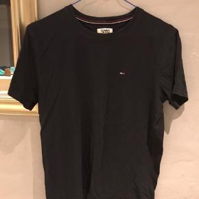 T-shirt fra Tommy Hilfiger, sælges da jeg rydder ud i mit skab☀️☀️