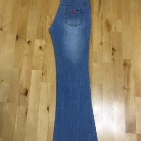 Rigtig flotte 2 denim jeans bukser der er ikke størelser passer meget mere S/M 38/40 brugt kun 1 gang vasket ren. Nr 1 bukser bred ved bælte side til side 39cm plus bagved 39cm i alt 78cm længe 102cm. Nr 2 bukser bred ved bælte side til side 38cm plus bagved 38cm i alt 76cm længe 95,5cm. Begge sidder godt på kroppen. Frit valg 90kr pga har masser i forvejen og har ikke plads til. I må godt kom forbi og kigge prøve. Skriv eller ring hvis i interesseret