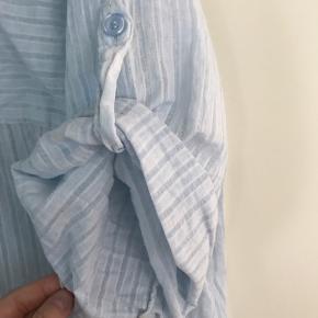 Rigtig fin skjorte str m/l fra Maggies gemakker .. fin lyseblå farve med tynd Strib i lyseblå ..   Bytter ikke