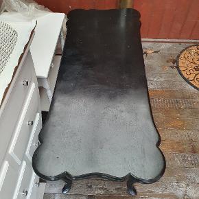 Sortmalet sofabord med patina.  B 54.5 H 56.5 L 130