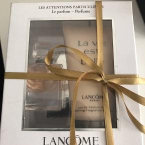 Gaveæske fra lancome med La Vie Est Belle parfume og body lotion. Aldrig åbnet eller brugt, da jeg ikke tåler parfume. Byd :-)