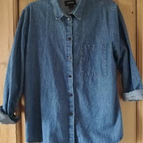"""Denim skjorte, brugt 1 gang. Den har i sin """"hænge-på-bøjle-tid"""" fået et let grønligt skær lige under kraven."""