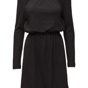 """Lækker """"off-shoulder"""" kjole fra Designers Remix Collection."""