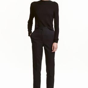 """Bukser, H&M Trend, str. 38, Sort, Ubrugt  Super lækre, lette, feminine habitbukser med trykknapper forneden på buksebenene, sidelommer og 2 """"snydelommer"""" bagpå. De lukkes foran med lynlås, hægte og knap. De er i den gode TREND-kvalitet. Indvendig benlængde fra skridt til nederst på buksebenet: Cirka. 78 cm. Materiale: 45% uld, 54% polyester og 1% elastan. De er helt nye og ubrugte og stadig med mærkesedler. Normale i størrelsen men købt for små. Købt for 249 kr. Eventuel fragt lægges oveni: 38 med DAO til nærmeste posthus/butik"""