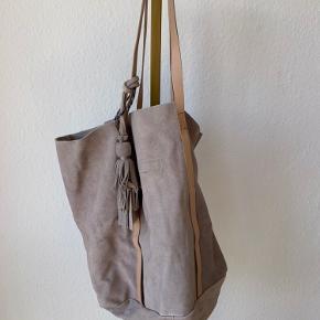 """Ægte ruskindstaske fra Pieces. Der er """"pletter"""" der er kommet af regn, heraf den billige pris"""
