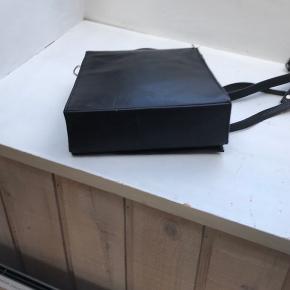 Denne lille italienske taske af sort kæder italiensk mærke:Uni der er et stort rum og et lille lynlås der medfølger en lang rem så den kan bæres overcross målene: b 21 h 19 d 6 cm.