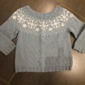 Hjemmestrikke trøøje i kvalitetsgarn. Ligger størrelsesmæssigt mellem 104 og 110.