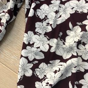 Så fin bluse med glittereffekt på ærmerne. Det er det der gør den så fin og unik. Den er brugt meget lidt og vasket 2 gange. Fremstår som ny.
