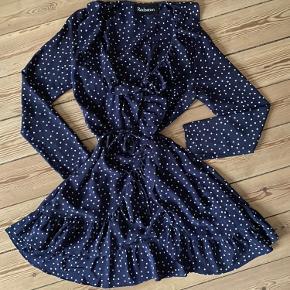 """""""The Alexandra"""" kjole i mørkeblå med stjerne fra Realisations Par"""
