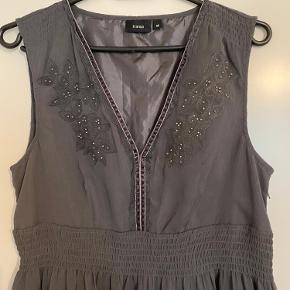 En rigtig elegant og flot kjole fra Fransa men nogle fede detaljer. Str. M. Aldrig brugt.  Kan afhentes i Vejle eller sendes på købers regning.