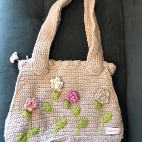 EN GRY & SIF taske, håndlavet (hæklet) her i DK. En helt vidunderlig og finurlig taske med masser af fine detaljer. Foret og med lynlås. Taskens hank kan både bæres i hånden og over skulder - tasken måler 41x27x14☀️ Bytter ikke.