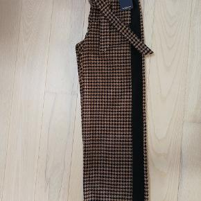 Super flot buks, brugt én gang! Størrelsen siger xs, men den kan bruges af small, hvilket jeg selv er. Prisen fordi de er helt nye og kan købes i butikkerne nu. Ny pris 900, kr. Farven er sand, sort, blå.