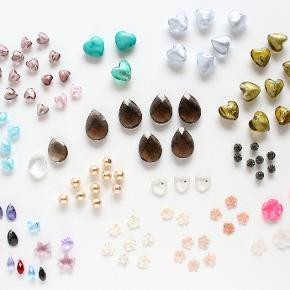Halvædelsten, Swarovski krystaller, Murano glashjerter, kugler og perlemorsblomster. Kan anvendes som vedhæng til smykkefremstilling, dekoration eller som lykke sten.  Røgkvarts dråber (2,2 x 3 cm) Bjergkrystal dråbe (1,8 x 2,4 cm) Turkis hjerter (2 x 2,2 cm) Oliven og grå Murano glashjerter (2 x 2,2 cm) Gammelrosa, rosa og lyseblå Murano glashjerter (1,2 x 1,4 cm) Pink og transparent perlemorsblomster (2 cm) Rosa og hvide perlemorsblomster (1,2 cm)  Alle er helt nye og har et lille hul boret gennem midten til tråd, snor eller elastik.  10 stk koster i alt 100 kr. (mindstekøb) 25 stk koster i alt 200 kr.  Kan sendes med sporbar post til 37 kr. eller afhentes på Amager nær Amagerbro metro.