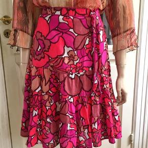 Etage-/flæsenederdel i pink, violet, bordeaux og hvid. Liv 84cm.  Se også mine mange andre sager. Jeg giver gerne mængderabat.  #trendsalesfund