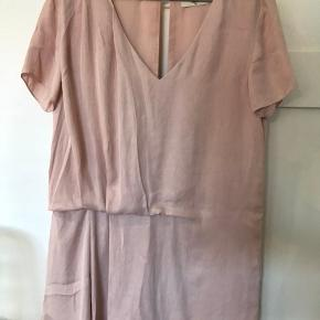 Sælger min flotte rosa Envii kjole.  Brugt nogle få gange, men igen tegn på slid. Køber betaler fragt.