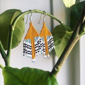 Håndlavede Af Veda øreringe i japanske Miyuki perler og med ørekroge af sølv ✨ Denne model hedder MARLIN.  Priser 95 - 195,-   Hvis du vil se flere designs eller afgive bestilling, så tag et kig på Instagram: Af Veda ✨  #fringe #beading #beadedearrings #håndlavede #miyuki #statement #glasperler #håndværk