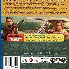 0456  Once Upon A Time In Hollywood - Blu-Ray Dansk Tekst - I Folie   Mesterinstruktøren, Quentin Tarantinos 9. film.    Engang var Rick Dalton på toppen i filmbyen over dem alle - Hollywood. Jagtet af kvinder og instruktører, rost af kritikere. Alt var godt. Alt var fantastisk. Men med tiden ændrer alt sig. Også i Hollywood. Især i Hollywood, må Rick Dalton sande.    Den engang så eftertragtede skuespiller må nu kæmpe for at få små skurkeroller i tv-serier. En ting har dog ikke forandret sig - Ricks stuntdouble, Cliff Booth er som altid ved hans side, og følger ham gennem tykt og tyndt, en støtte han har hårdt brug for mens han må erkende at Hollywoods gyldne æra er ved at være slut.