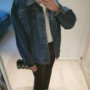 Fejlkøb her på trendsales Rigtig fin retro denim jakke i god stand, der står XL i jakken men passer til en L til et fedt oversized look (se billede). Billedet med jakken på er fra den tidligere sælger. Fremstår pæn og uden slid :) Sendes med dao eller afhentes i Aarhus C.