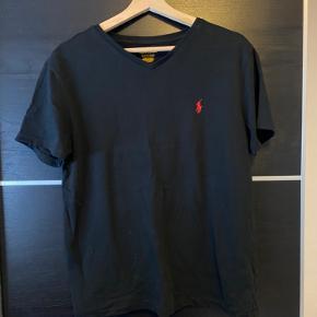 Super lækker og klassisk sort V-neck Ralph Lauren t-shirt. Ingen pletter, mærker, lugt eller noget overhovedet. Skriv gerne for flere billeder eller med spørgsmål:)
