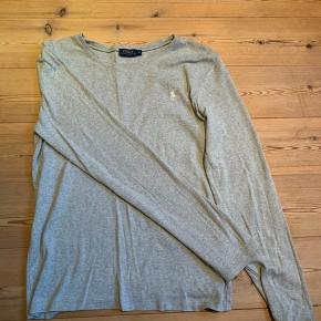 Langærmet bluse fra Ralph Lauren. Er i str XL, men som jeg har gjort, kan den sagtens bruges som oversize. Fejler intet.