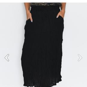 Rigtig flot nederdel, helt ny stadig med prismærke. Byd Sender gerne, ellers afhentning i Herning eller mødes i Århus. 🙃🦋